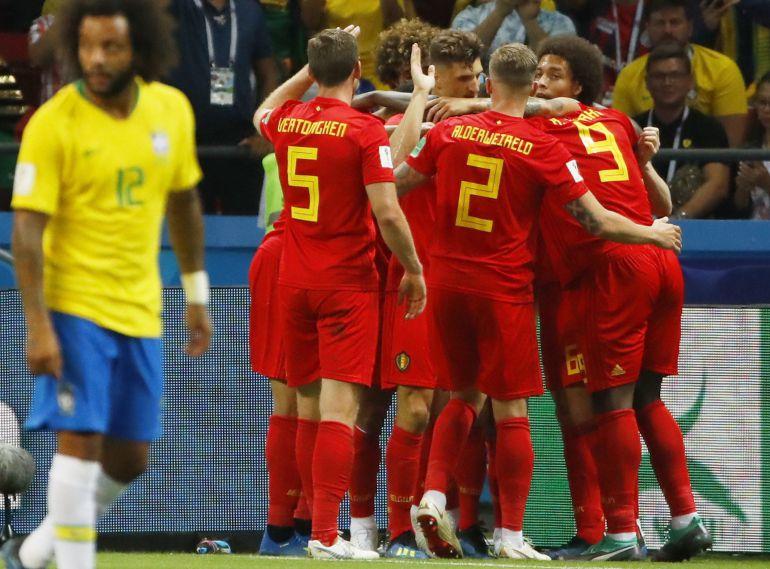 Los jugadores de Bélgica celebran ante la presencia de Marcelo
