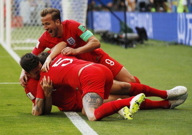 Los jugadores ingleses celebran el gol de Maguire