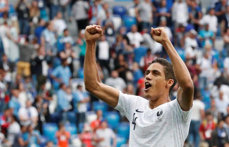 Varane celebra con los brazos en alto