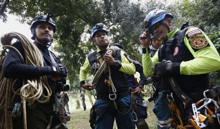 El personal de rescate se preparada