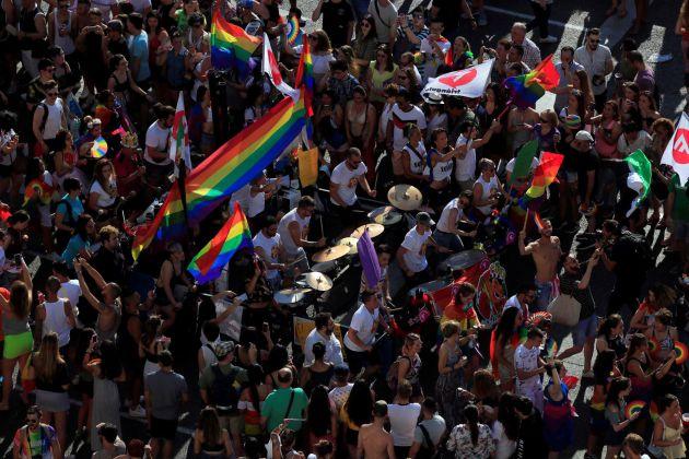 """Asistentes a la manifestación del Orgullo que esta tarde parte desde la glorieta de Atocha hasta la plaza de Colón, en Madrid, con el lema principal """"Conquistando la igualdad, TRANSformando la sociedad""""."""