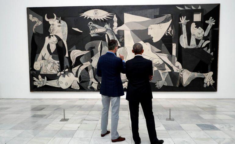 Fotografía facilitada por la Casa de S.M. el Rey, el Rey de España acompañó hoy al expresidente de EEUU Barack Obama en una visita privada al Museo Reina Sofía