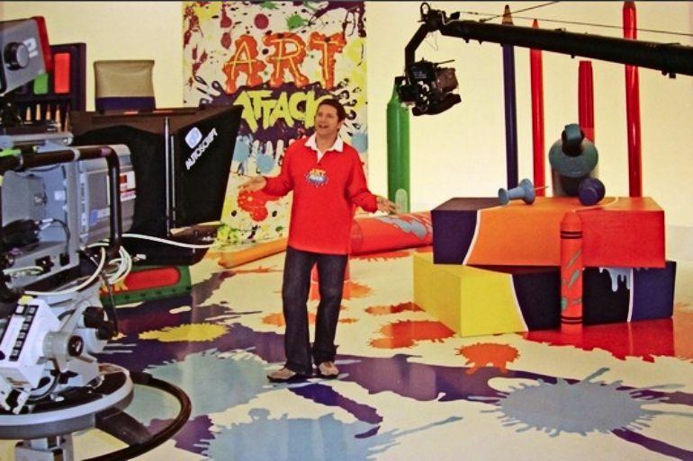 Neil Buchanan durante el rodaje del programa presentado por Jordi Cruz, Art Attack.