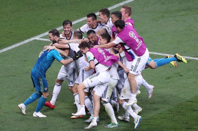 El equipo ruso celebra la victoria en la tanda de penaltis contra España.