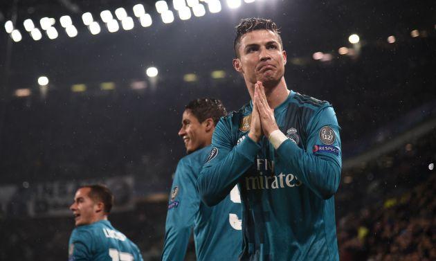 Cristiano Ronaldo agradece a la afición de Turín los aplausos por su gol de chilena en el Allianz Stadium.
