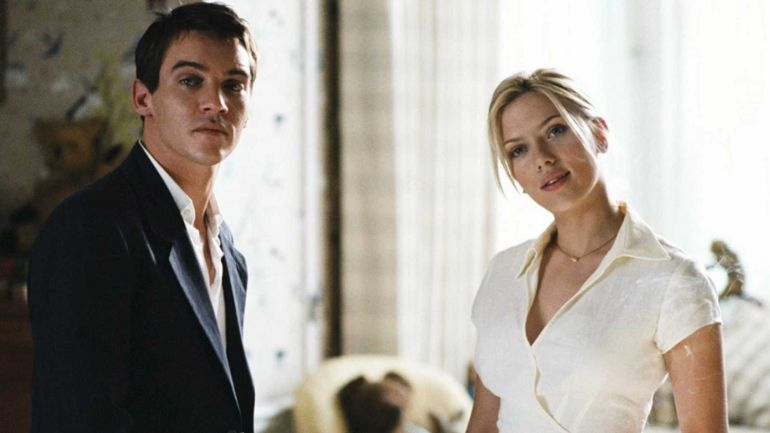 Jonathan Rhys-Meyers junto a Scarlett Johansson en una escena de 'Match Point'
