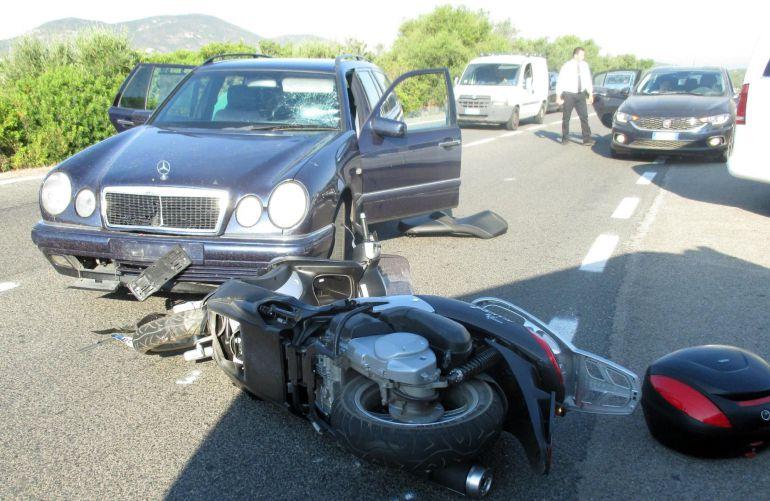 Imagen cedida por la policía local de Olbia que muestra el accidente del actor estadounidense George Clooney, cerca de Olbia, isla italiana de Cerdeña.