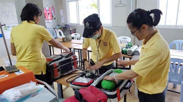 Los equipos de rescate preparan sus equipos de emergencia.