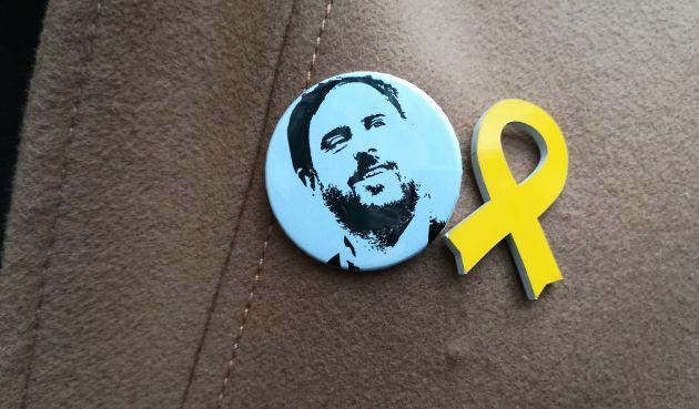 Chapa con el rostro de Junqueras en el abrigo de Gabriel Rufián (ERC)