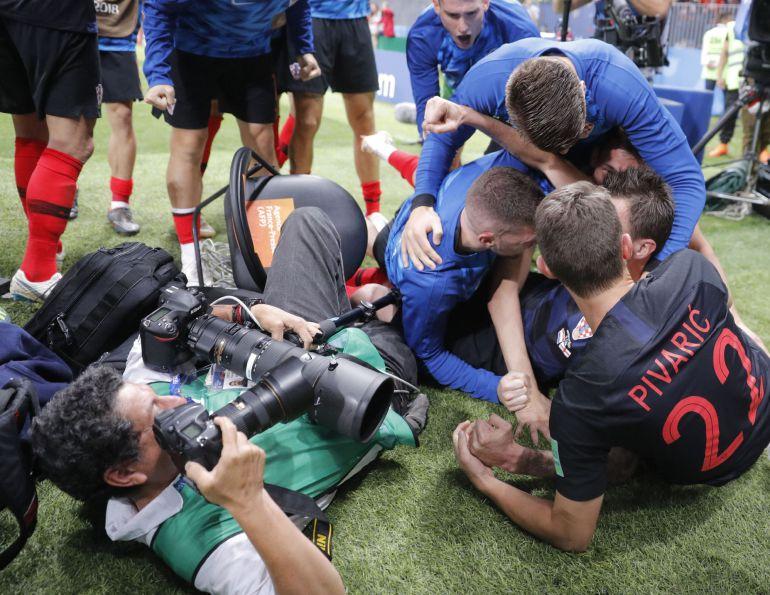 El fotógrafo Yuri Cortez hace fotos desde el suelo a los jugadores croatas