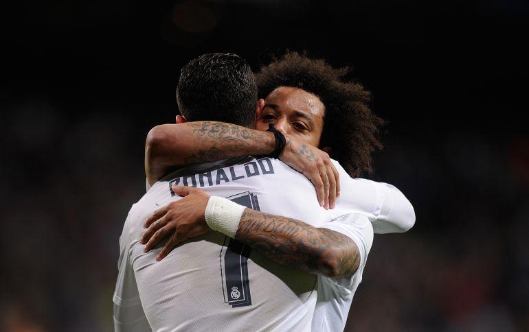 Cristiano Ronaldo y Marcelo se abrazan durante un partido