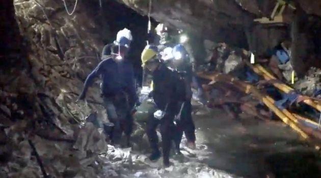 Las autoridades tailandesas en tareas de rescate.