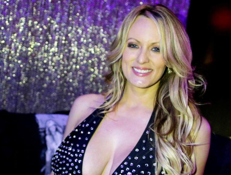 La actriz Stephanie Clifford conocida como Stormy Daniels posa en un club de striptease en un Long Island