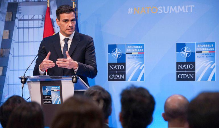 El jefe del Gobierno español, Pedro Sánchez, durante la rueda de prensa que ofreció hoy, tras cerrar su participación en la cumbre de la OTAN, en la que asumió el compromiso de intentar avanzar hacia un gasto en defensa correspondiente al 2% del PIB de España, aunque no fijó ese objetivo para 2024 como desea el presidente de Estados Unidos, Donald Trump.