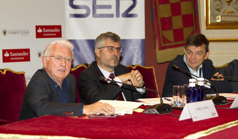 De izquierda a derecha, Daniel Gavela, director general de la Cadena SER; Miguel Angel Oliver, secretario de Estado de Comunicación y Carlos Andradas, rector de la Universidad Complutense de Madrid