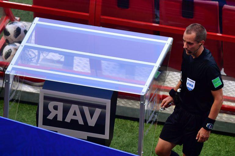 El árbitro Mark Geiger se aproxima a consultar el VAR