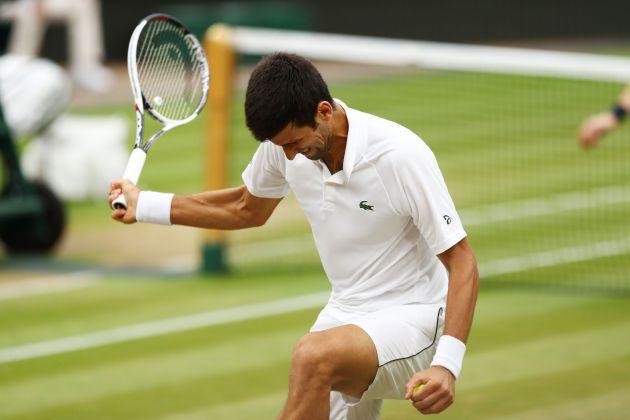 Djokovic golpea su raqueta contra su pie tras perder un punto