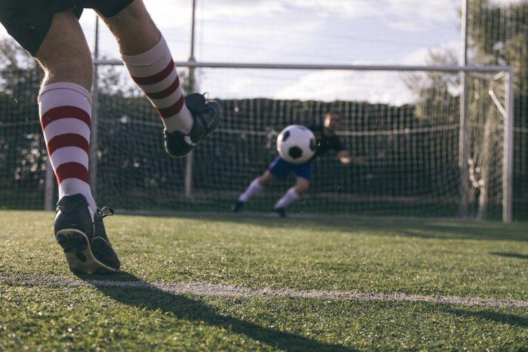 Un jugador tira un penalti.