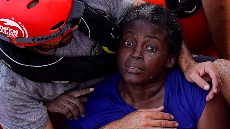 Una superviviente aferrada a dos muertos tras ser abandonados dos días sobre una tabla en el mar