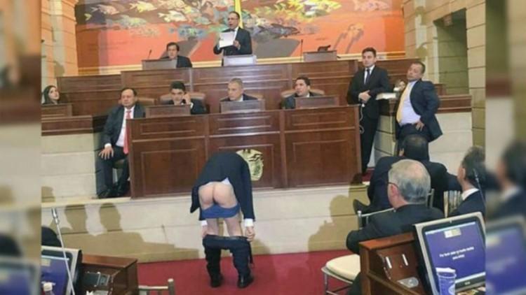 El exalcalde de Bogotá se baja los pantalones en el Congreso de Colombia