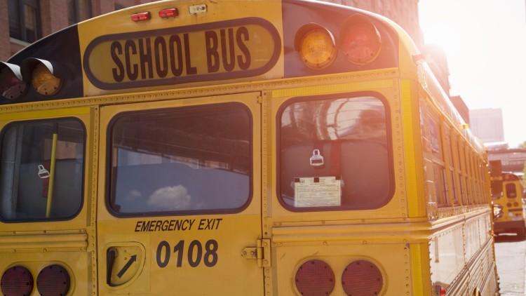 Un niño de 3 años fallece tras ser olvidado en un autobús en EEUU