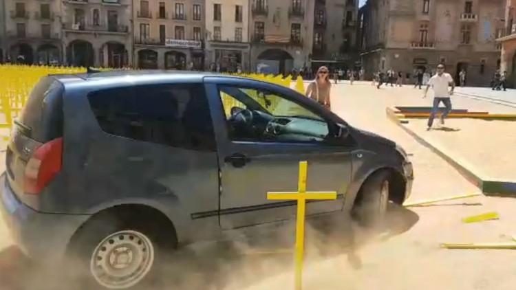 Un coche embiste las cruces amarillas plantadas por la libertad de los presos en Vic