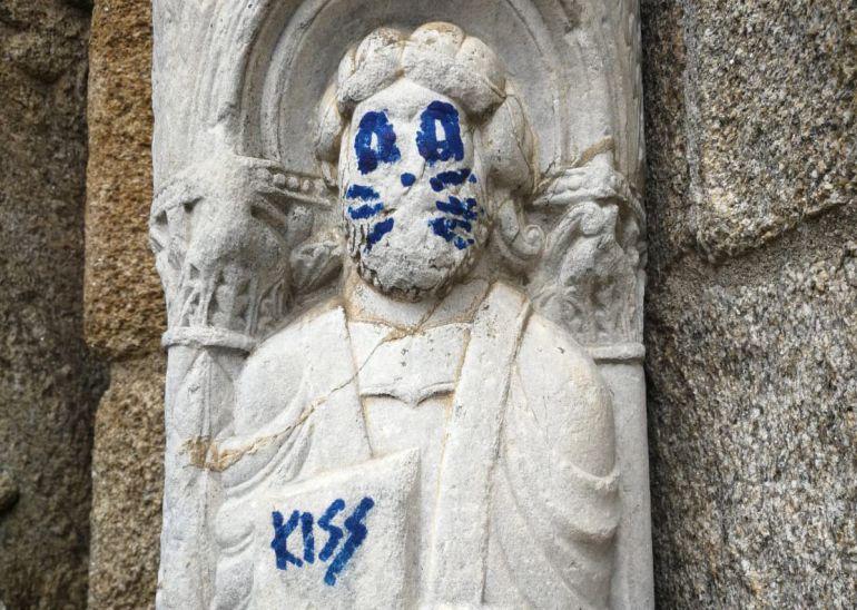 Pintan rostro de integrante de Kiss sobre escultura de catedral en España