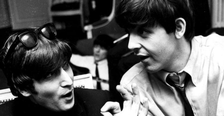 Los integrantes de la mítica banda The Beatles, Paul McCartney y John Lennon.