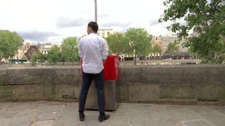 París instala en medio de sus calles unos polémicos urinarios solo para hombres (cadenaser.com)