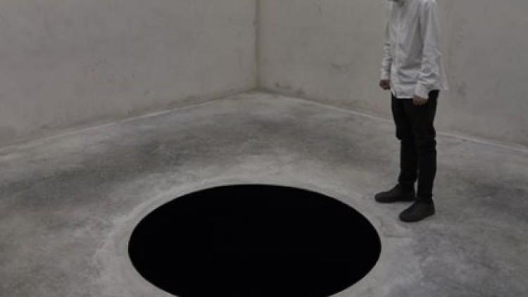 Un turista se cae dentro de una obra de arte contemporáneo y termina hospitalizado