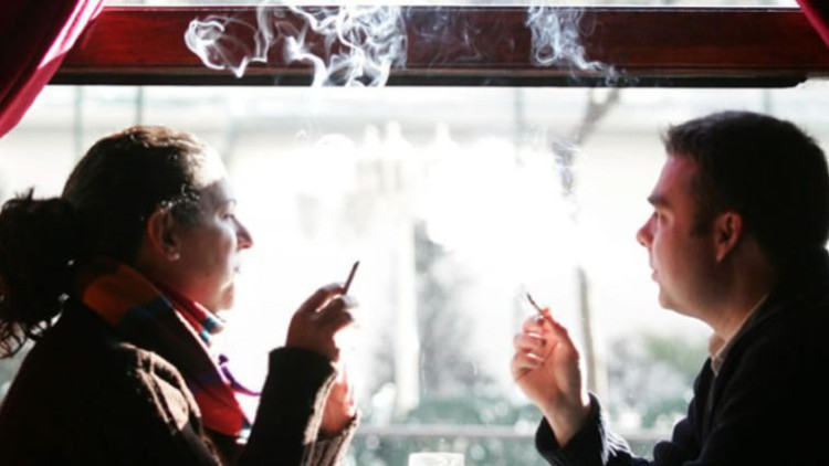 Un estudio revela los riesgos de fumar delante de menores