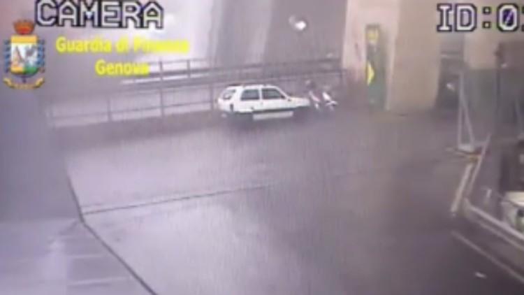 Una cámara de seguridad muestra el momento en el que se derrumbó el viaducto de Génova