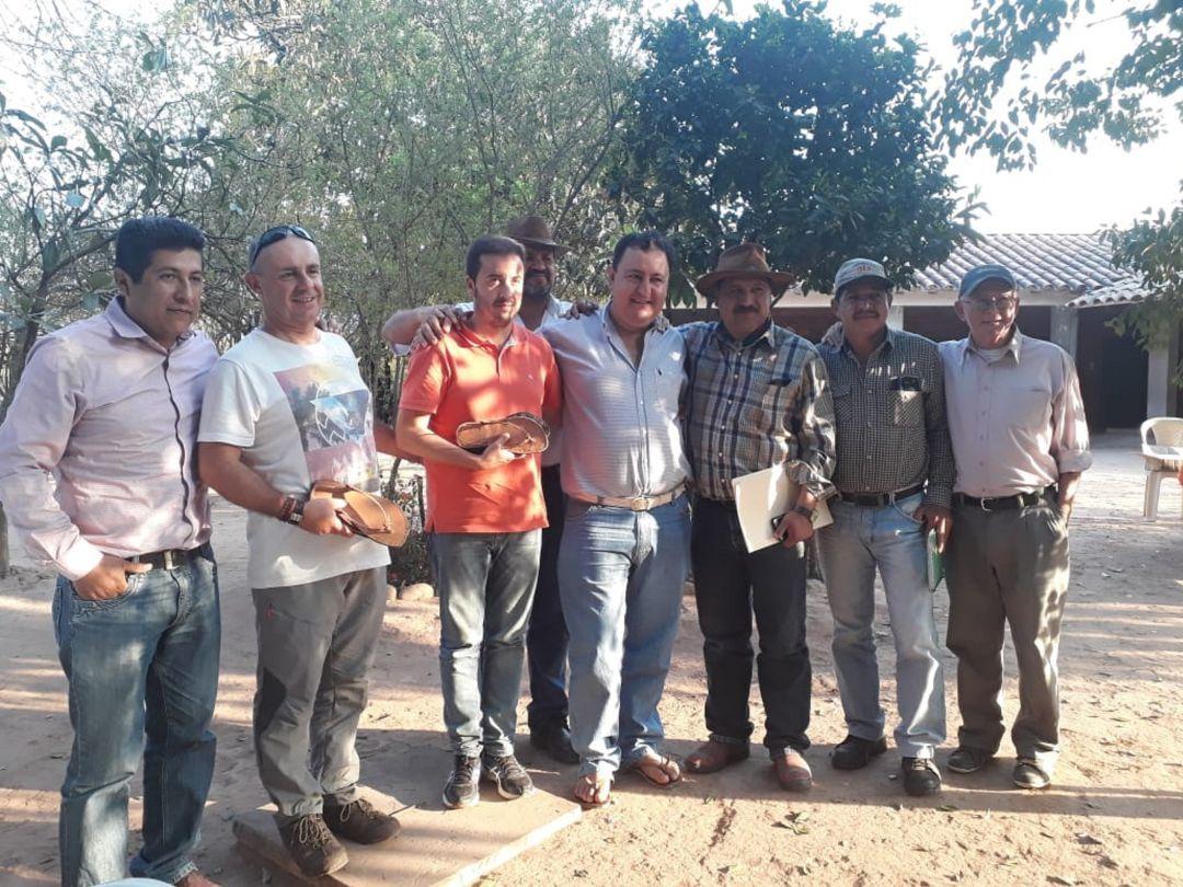 Los miembros de ADIMAN posan junto a campesinos bolivianos durante su visita al país andino.
