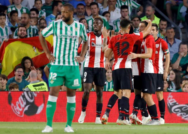Los jugadores del Athletic Club de Bilbao, celebran su segundo gol, anotado por el centrocampista Raúl García, durante el partido correspondiente a la 5ª jornada de LaLiga Santander que el Real Betis y el Athletic Club de Bilbao, disputan hoy en el estadio Benito Villamarín de Sevilla.