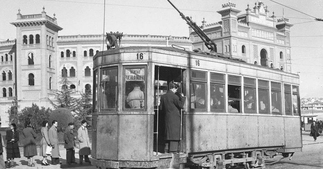 Tranvía del modelo 'cangrejo' frente a la plaza de toros de Las Ventas en Madrid.