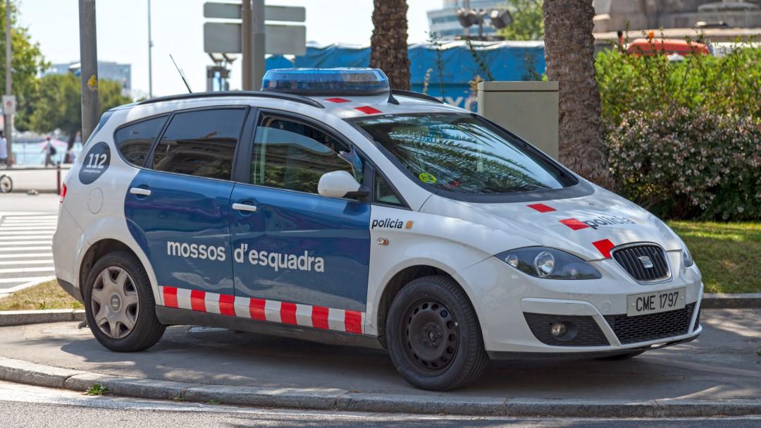 Un hombre mata a su pareja, atropella a su hija al huir en un pueblo de Girona y los Mossos le encuentra muerto