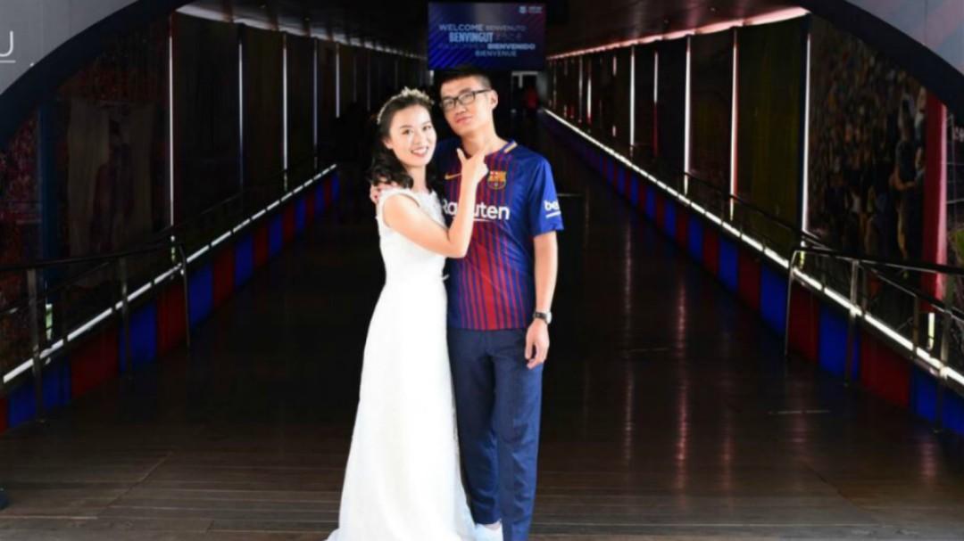 Una pareja asiática recupera un año después su foto de novios en el Camp Nou