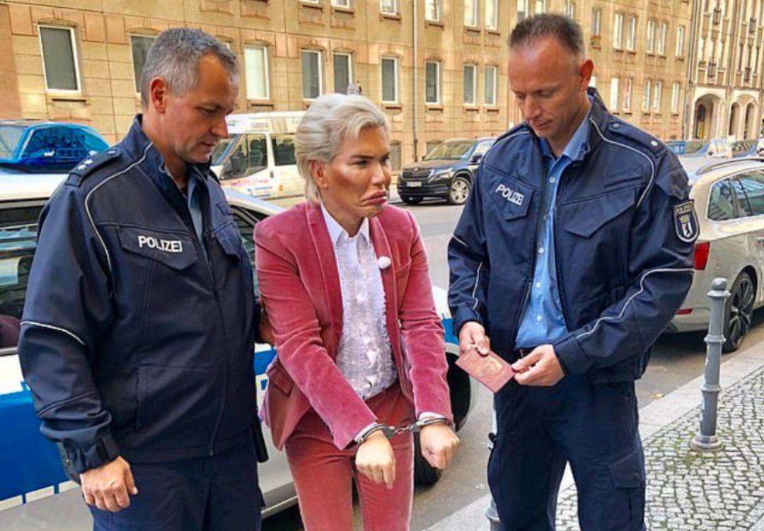 La increíble razón por la que arrestaron al 'Ken humano' en Alemania
