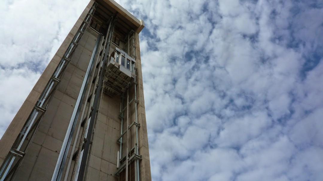Fallece tras caer desde el ascensor panorámico de la calle Alta