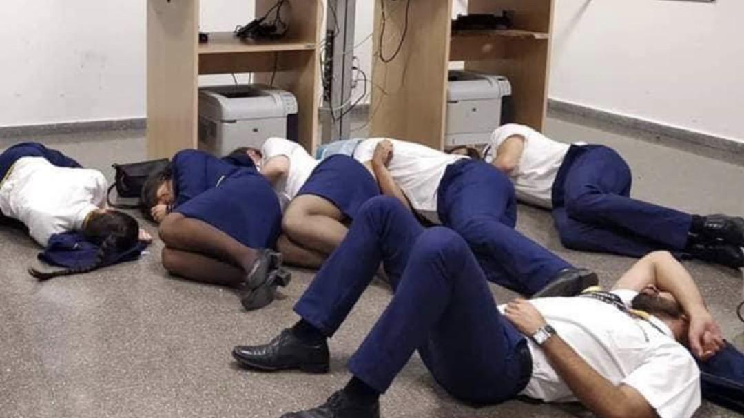 tripulantes ryanair durmieron suelo