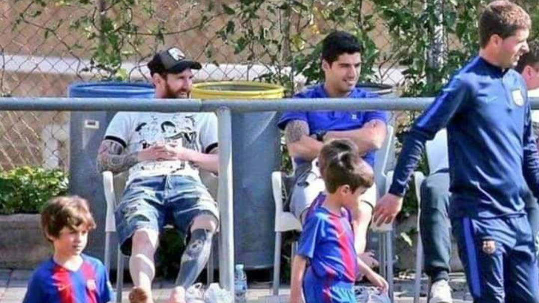 La foto de Messi y Luis Suárez que se utiliza para dar ejemplo a muchos padres