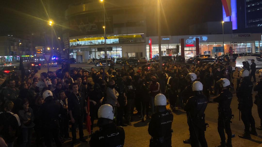 Cargas policiales contra los antifascistas que protestan en el acto de Hazte Oír y Vox