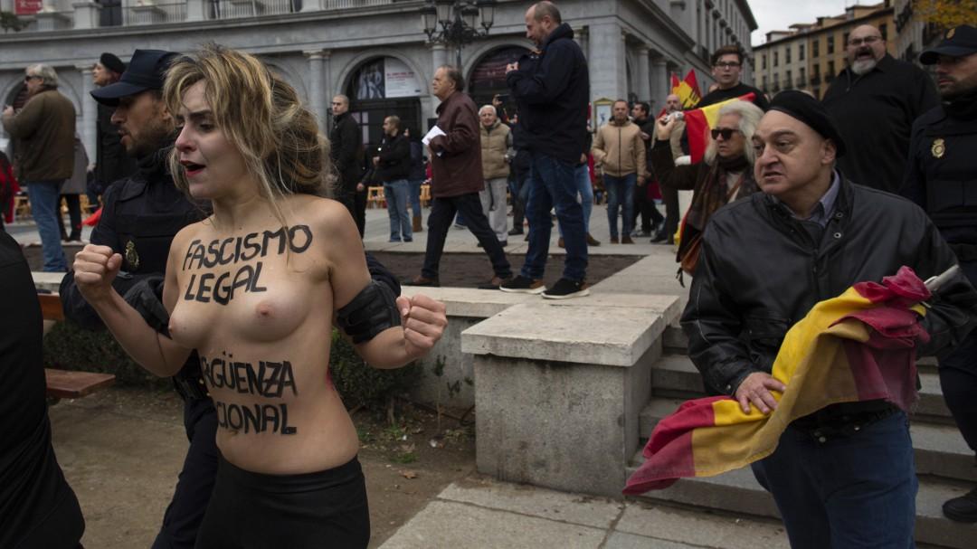 """Activistas de Femen protestan en un acto de Falange con el lema """"fascismo legal, vergüenza nacional"""""""