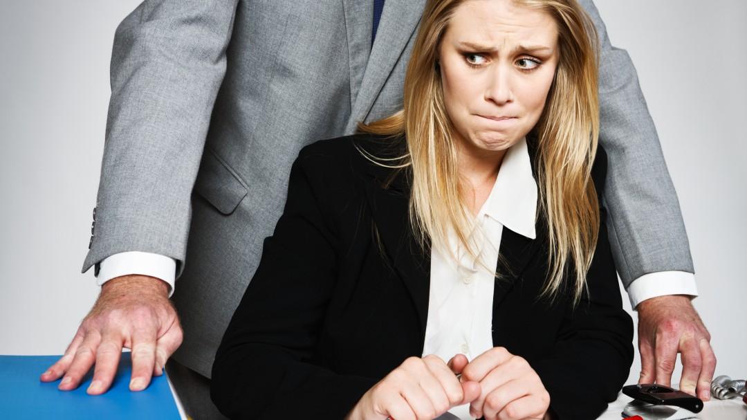 Despidió a una empleada suya por negarse a sus deseos sexuales