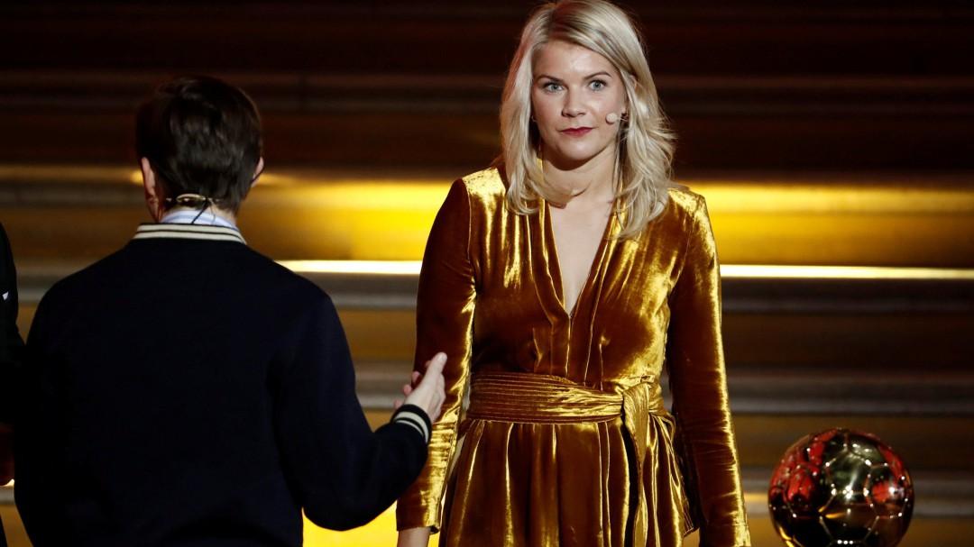 Ada Hegerberg, primera ganadora del Balón de Oro, recibe una pregunta machista mientras recoge el galardón