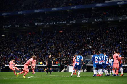 Messi pega el balón en el primer gol del partido