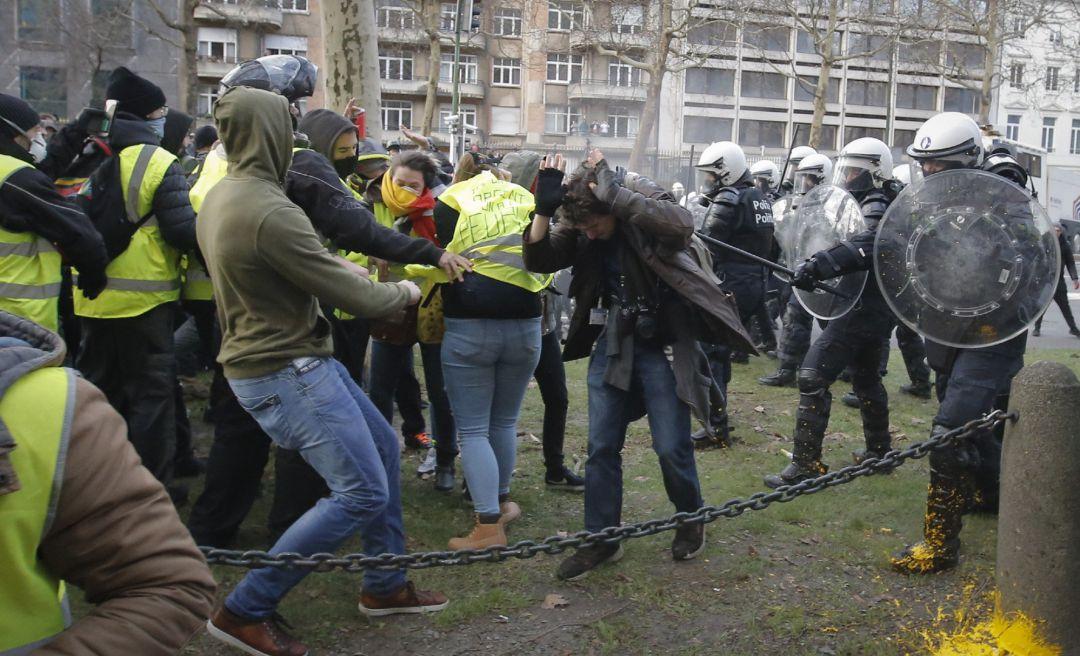 Protestas de 'chalecos amarillos' se extienden en Europa