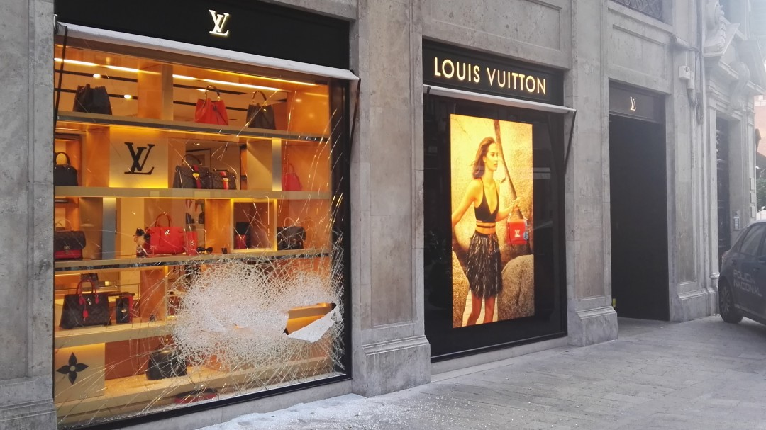 Tiroteo tras intentar desvalijar Louis Vuitton