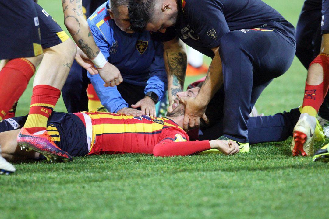 Terrible caída de jugador italiano suspende partido en la Serie B