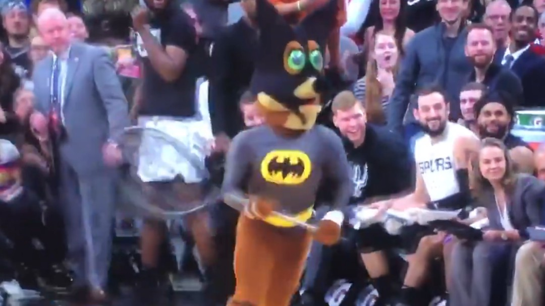 Se cuela un murciélago en el pabellón de los Spurs y la mascota disfrazada de Batman lo atrapa